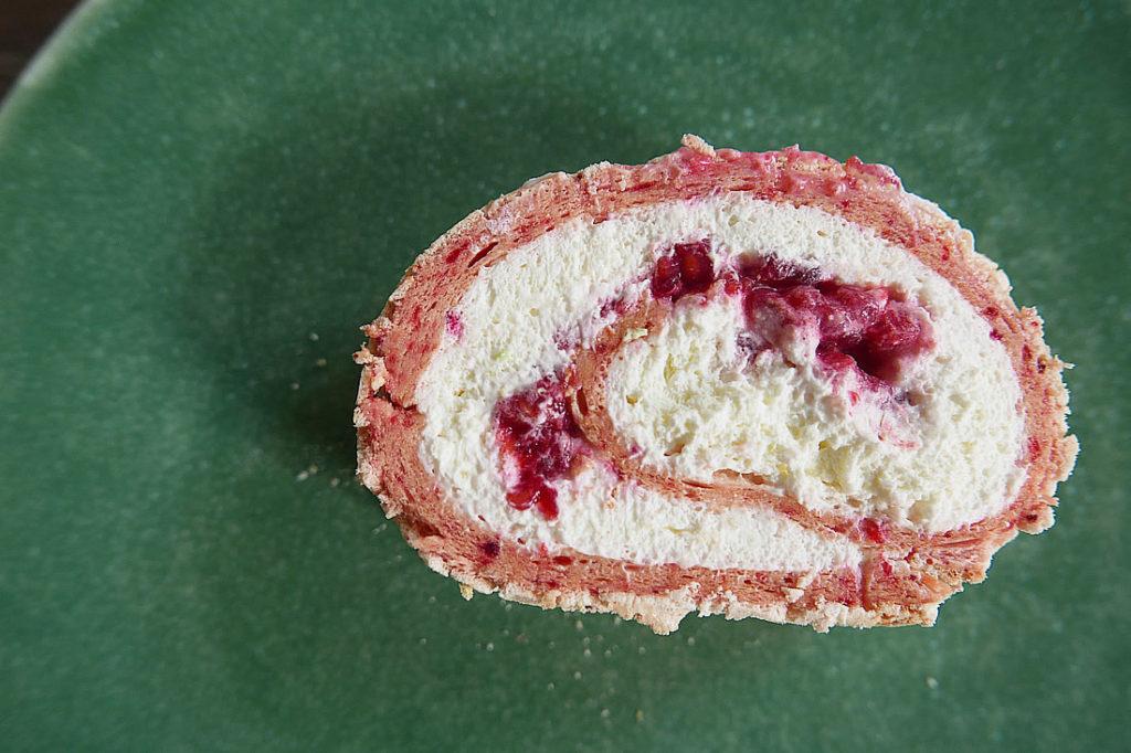 Meringue roll cake