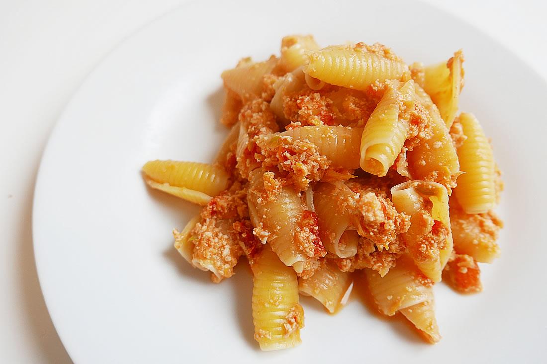 Red bell pepper and mushroom paste for pasta