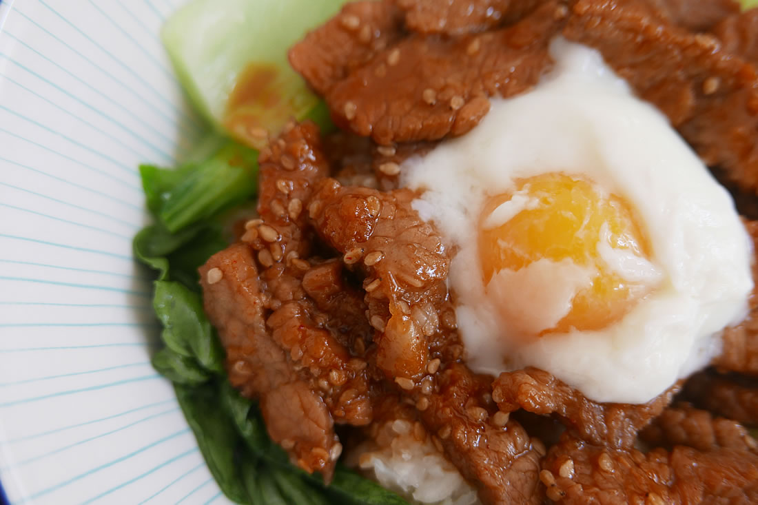 Korean-style Grilled Beef Rice bowl (Yakiniku donburi)